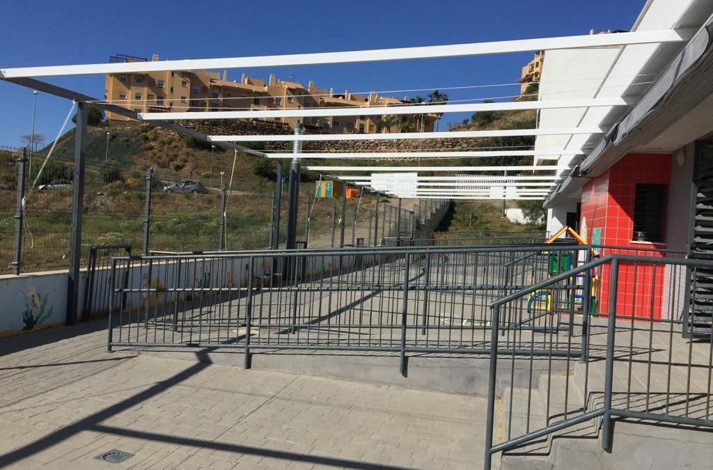 El Ayuntamiento de Rincón de la Victoria instala 662 metros cuadrados de toldos en las zonas de recreo de los centros escolares del municipio